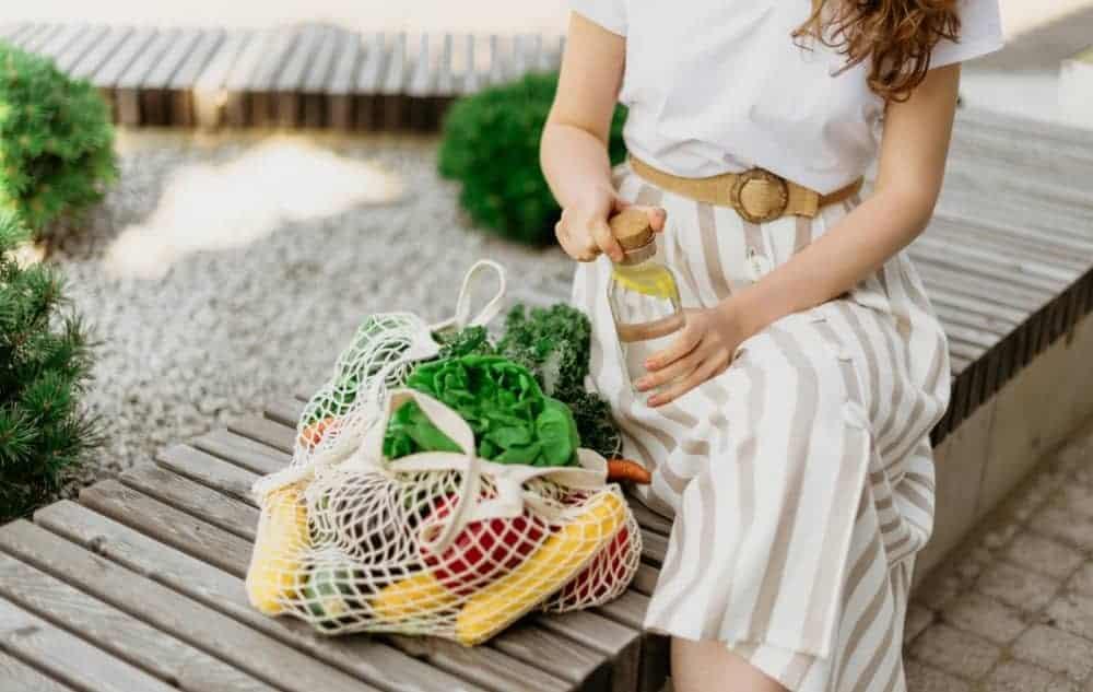 Mujer con bolsa reutilizable para la compra